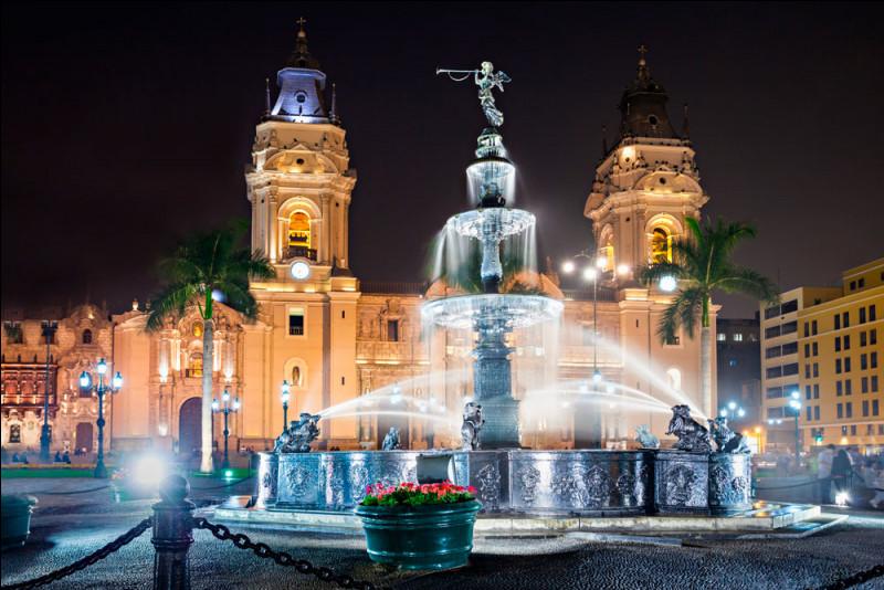Ville côtière située face au Pacifique, capitale du pays, cette cité fut, durant l'époque coloniale, la ville la plus importante d'Amérique du Sud et cela a laissé des traces. La Plaza mayor ou Plaza de Armas est le cœur de la ville, il y a aussi la basilique-cathédrale (que l'on voit ici) érigée en 1535 et où on trouve la tombe de Francisco Pizarro.Quelle est cette ville qui a tant d'histoire ?