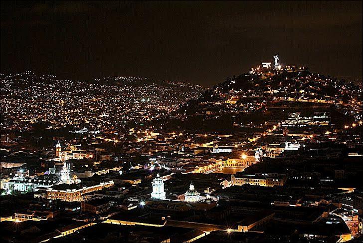 '' La nuit, le centre historique s'habille d'un spectacle de lumières qui illuminent les beaux bâtiments coloniaux qui ont rendu cette capitale digne du titre de premier patrimoine mondial ''. (bestday.com)Les nuits sont fraîches dans le Centro mais imaginez à la Colline de Santa Ana ! Nommez cette intéressante ville coloniale.
