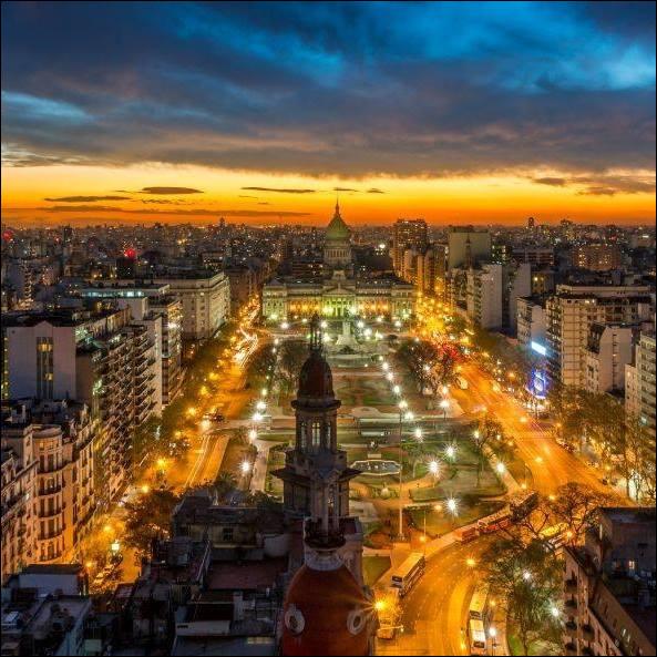'' Ici, nous mangeons tard, dansons tard et nous endormons tard.'' dixit l'Office de Tourisme. On nous conseille d'aller à un spectacle vivant, de s'approcher d'un café dansant de la fin du 19e siècle, danser dans une milonga au rythme d'un tango sensuel, jusqu'à ne plus avoir de jambes.Quelle est la capitale et la ville la plus importante de l'Argentine ?