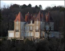 Je vous emmène en Bourgogne-Franche-Comté à la découverte du château de Gouville, à Corcelles-les-Monts. Village de la métropole Dijonnaise, au pied du Mont Afrique, il se situe dans le département ...