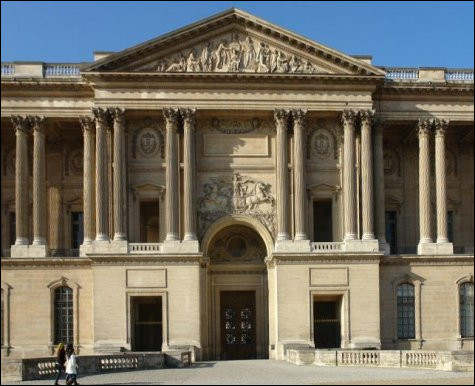 À quel style artistique appartient la colonnade du Louvre ?