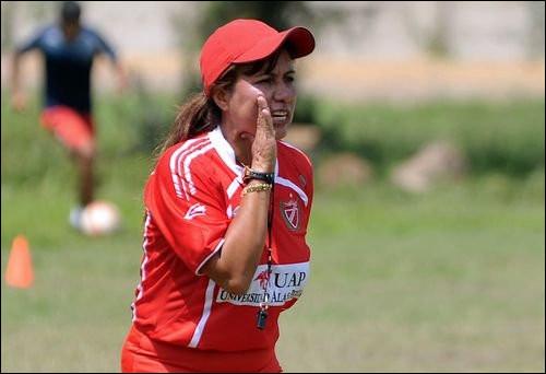 De quel pays est originaire l'entraîneuse de football Nelfi Ibañez ?
