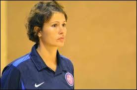 De quel pays est originaire l'entraîneuse de handball Elena Groposila ?