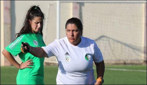 De quel pays est originaire l'entraîneuse de football Naïma Laouadi ?