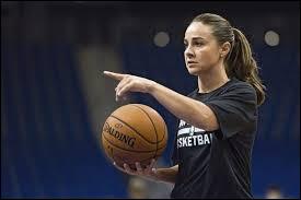 De quel pays est originaire l'entraîneuse de basketball Becky Hammon ?