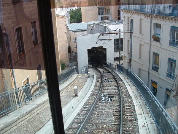 Lequel de ces engins circule sur un rail ?