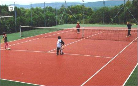Comment s'appelle un terrain de tennis ?