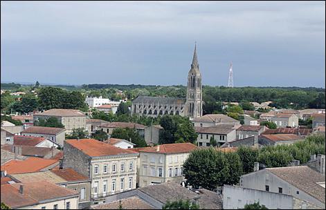 Cette petite ville de Gironde, sous-préfecture de 5 800 habitants, au coeur d'une célèbre région viticole, c'est ...