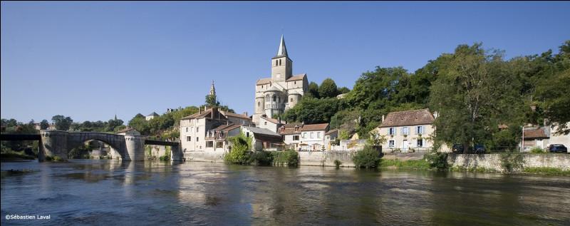 Montmorillon, petite ville de 6000 habitants traversée par la Gartempe, est une sous-préfecture de ...