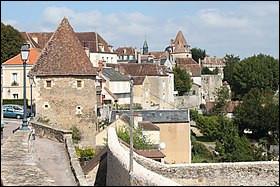 Cette petite ville de 6600 habitants, sous préfecture de l'Yonne, établie sur les collines surplombant la vallée du Cousin, c'est ...
