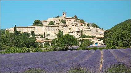 Cette sous-préfecture des Alpes-de-Haute-Provence, située entre le Lubéron et la montagne de Lure, peuplée 5000 habitants, c'est ...