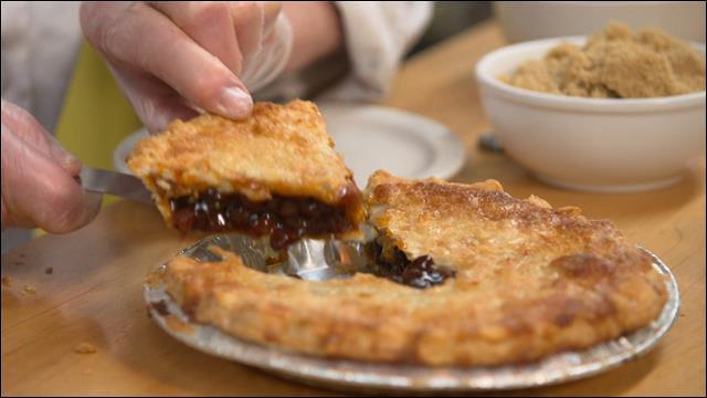 Je vous donne rendez-vous au Québec pour découvrir ce dessert composé traditionnellement de mélasse, de cassonade et de raisins secs. Qu'allons-nous déguster ?