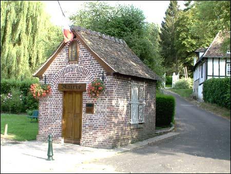 Voici la plus petite mairie de France, en Normandie ! Quel monument était-ce avant la loi de séparation des Églises et de l'État en 1905 ?
