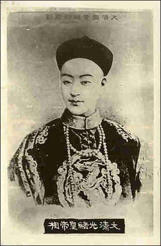 Son règne fut de 1875 à 1908 : il est issu de la dynastie Qing. En 1898, il tenta malhabilement une réforme à l'Occidentale appelée la Réforme des Cent Jours : il fut défait par un coup d'État. Il ne devait plus retrouver le pouvoir par la suite et vécut dans l'humiliation et le secret jusqu'à sa mort. Quel est cet empereur qui a perdu son poste et peut-être sa vie à la régente, sa tante Cixi ?