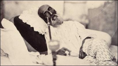 Il sera le dernier de 1837 à 1857 : il était issu d'une lignée qui gouvernait l'Inde depuis 300 ans mais lui-même, était assujetti aux Britanniques. Selon Wiki, il vivra dans le ''désarroi devant la décomposition du pouvoir impérial ''.Qui est celui que l'on voit ici en 1858, juste après son procès et son départ pour l'exil à Burma.