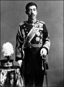 Il était de la dynastie des Yamato : il fut couronné en 1868 et régna longtemps, jusqu'en 1912. Il ''congédie le maire du palais (le shogun) le 9 novembre 1867 et décide de gouverner désormais en personne, avec le concours des grands seigneurs''. herodote.netQuel est cet empereur qui avait choisi lui-même son nom (qui veut dire lumière) : ce terme maintenant s'applique à son époque.