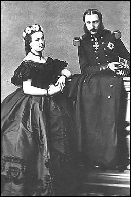Prince de Saxe-Cobourg et Gotha, il est le petit-fils de Louis-Philippe Ier, celui qui sera roi des Français. Il est le frère de Charlotte, l'épouse de Maximilien qui sera impératrice consort du Mexique. Il devient roi de 1865 à 1909. Son épouse est une cousine du tsar Nicolas Ier de Russie, une cavalière émérite.Nommez ceux qui sont les seconds monarques du pays.