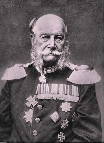 Il est de la dynastie des Hohenzollern. Il a été couronné en 1871, en la galerie des glaces du château de Versailles : son chancelier a été Otto von Bismarck. S'il a l'air fatigué et usé, c'est qu'il est mort à 90 ans et a servi jusqu'au bout.Qui fut le premier empereur de son pays (1871-1888) et le septième roi de Prusse de 1861 à 1888 ?
