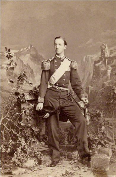 Son nom à la naissance était Guillaume de Schleswig-Holstein-Sonderbourg-Glücksbourg. Il a ajouté à la Grèce la Thessalie, la Macédoine, l'Épire et la Crète. Il meurt assassiné.Quel est ce roi qui a régné presque cinquante ans, de 1863 à 1913 ?