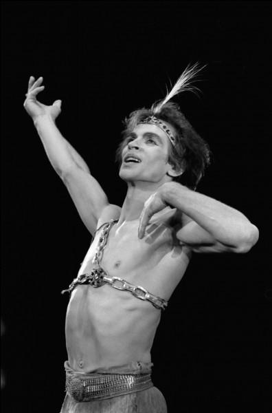 """Ce danseur au Kirov de Leningrad puis au Royal Ballet de Londres, directeur du ballet de l'Opéra national de Paris ; également chorégraphe, il a monté à Vienne """"Le Lac des cygnes"""" et """"La Belle au bois dormant"""" : il se prénomme ..."""