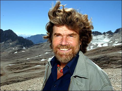 Cet alpiniste italien, né dans le sud-Tyrol est connu pour avoir réalisé les premières ascensions de l'Everest sans apport d'oxygène en 1978 et 1980. Il est le premier à avoir gravi les quatorze sommets de plus de 8 000 mètres. C'est ... Messner.