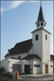 Vous avez sur cette image l'église Saint-Ulrich de Niffer. Commune du Grand-Est, dans l'agglomération Mulhousienne, elle se situe dans le département ...