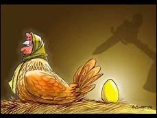 """Dans """"La Poule aux oeufs d'or"""", que fait le fermier pour récupérer l'or qu'il croit dans la poule ?"""