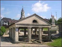 Sur cette image, vous avez le lavoir au premier plan et derrière le clocher de l'église Saint-Valère de Fêche-l'Église. Commune du Territoire de Belfort, elle se situe dans l'ancienne région ...