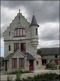 Voici la mairie de style néogothique de La Chapelle-Erbrée. Commune Bretillienne, elle se trouve en région ...