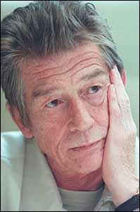 John Hurt est dans la saga :