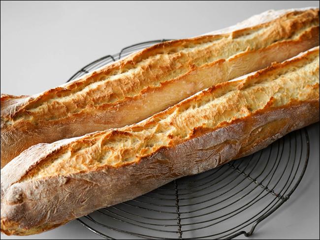 Pourquoi les fous frappent-ils le pain contre un mur ?