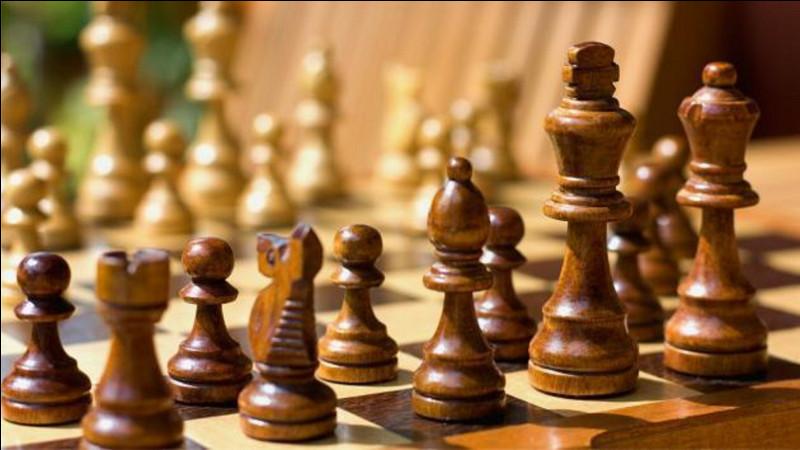 Aux échecs, si le joueur ne peut exécuter aucun coup légal et n'est pas en échec, la partie est nulle. Que dit-on du joueur ?