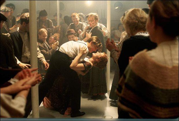 Pendant la fête à l'étage des passagers de troisième classe, que fait Rose pour impressionner les autres ?