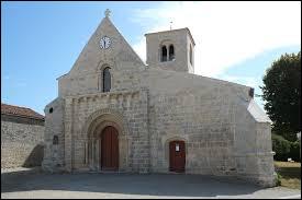 Nous sommes en Nouvelle-Aquitaine devant l'église Saint-Pierre-et-Saint-Paul de Blanzac-lès-Matha. Commune de l'arrondissement de Saint-Jean-d'Angély, elle se situe dans le département ...