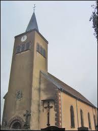Voici l'église Saint-Léger de Loudrefing, dans le Grand-Est. Village du parc naturel régional de Lorraine, dans le Pays des Étangs, il se situe dans le département ...