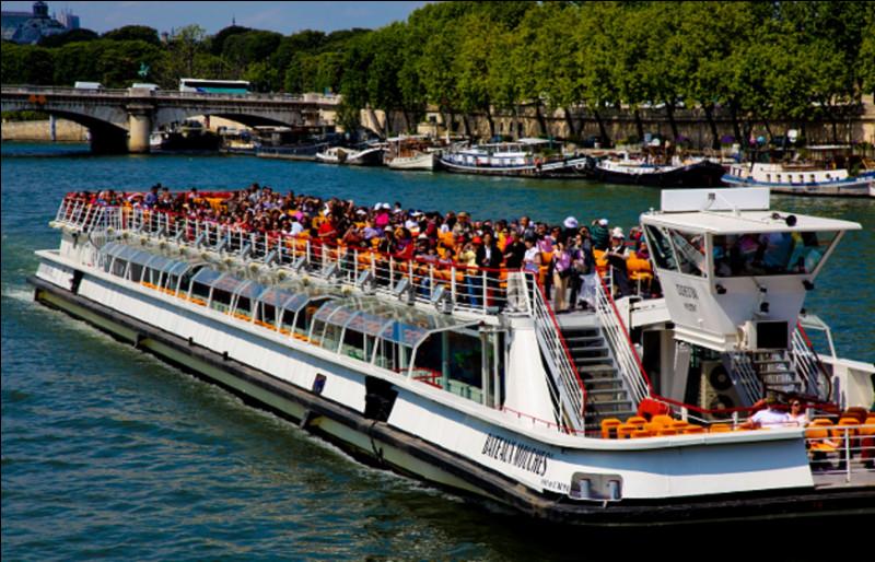 Dans quelle ville française peut-on faire du tourisme fluvial à bord d'un bateau-mouche ?