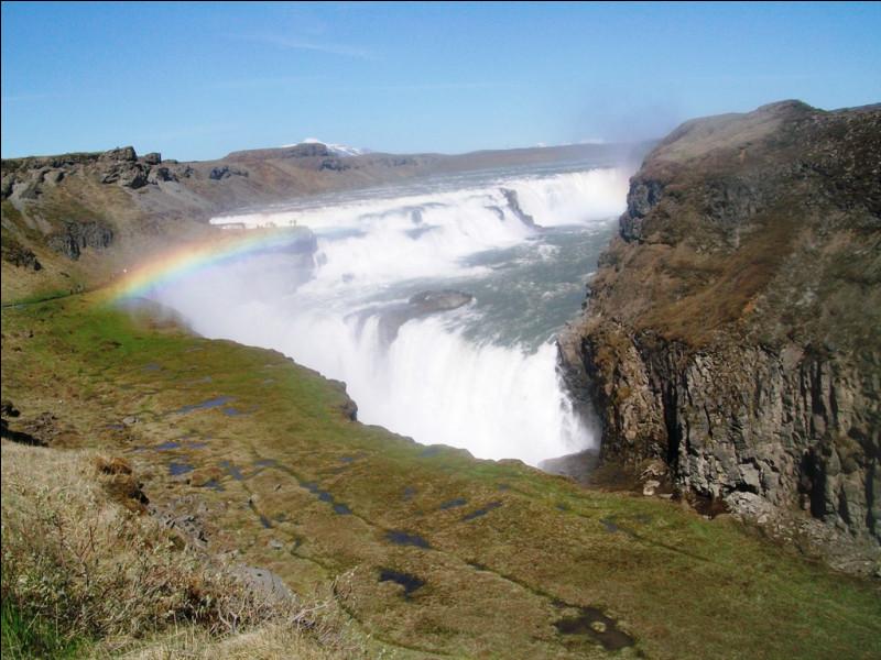 """Voici la cascade de Gullfoss (""""cascade dorée"""") en Islande. Elle fait partie d'un ensemble de trois sites remarquables proches. Quel nom donne-t-on à cet ensemble ?"""
