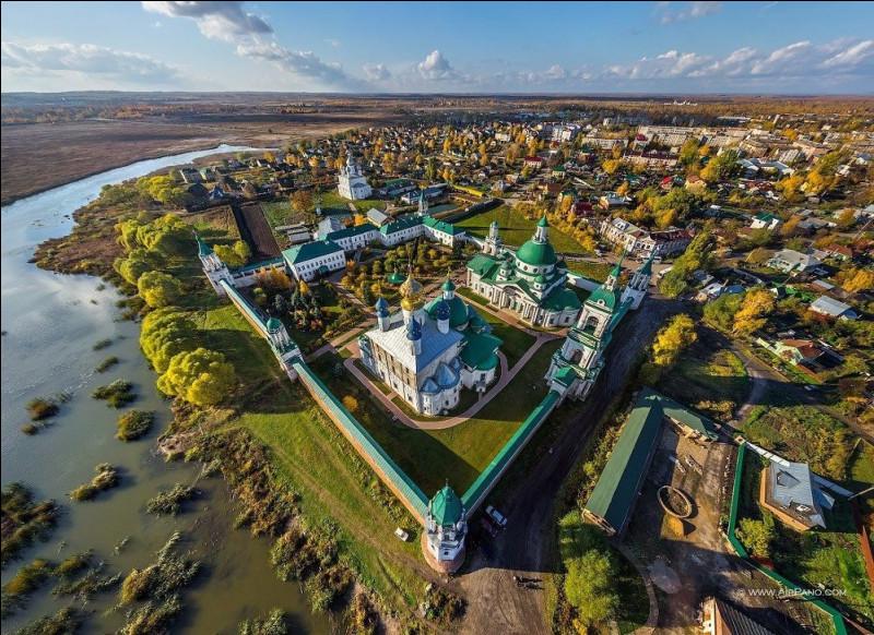 Enfin, nous voici en Russie. Comment nomme-t-on cet ensemble de petites villes de campagne à l'architecture remarquable situées à une centaine de kilomètres à l'est de Moscou ?
