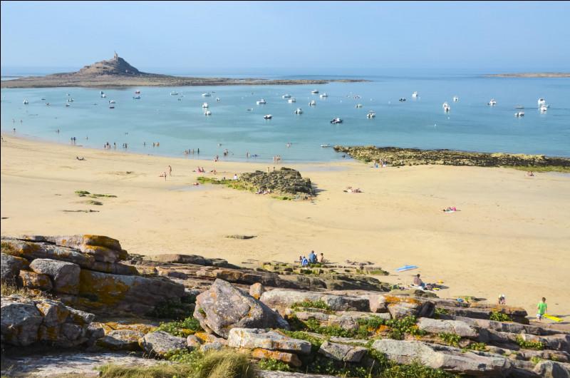Dans quel département français pourrez-vous vous promener en bord de mer à Sables-d'Or-les-Pins ?