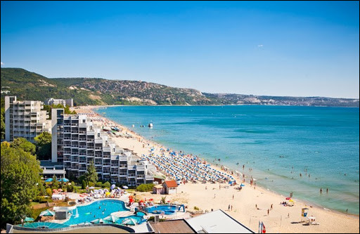 Voici la station balnéaire des Sables-d'Or, sur la côte bulgare. Quelle mer borde celle-ci ?