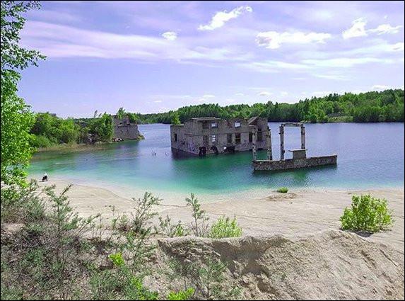 C'est une prison abandonnée, quelque part à l'est... Mais sur quel continent ?