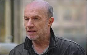 Comment s'appelle l'homme, que Léo croit coupable de plusieurs crimes auprès d'adolescents, qui vient de sortir de prison ?