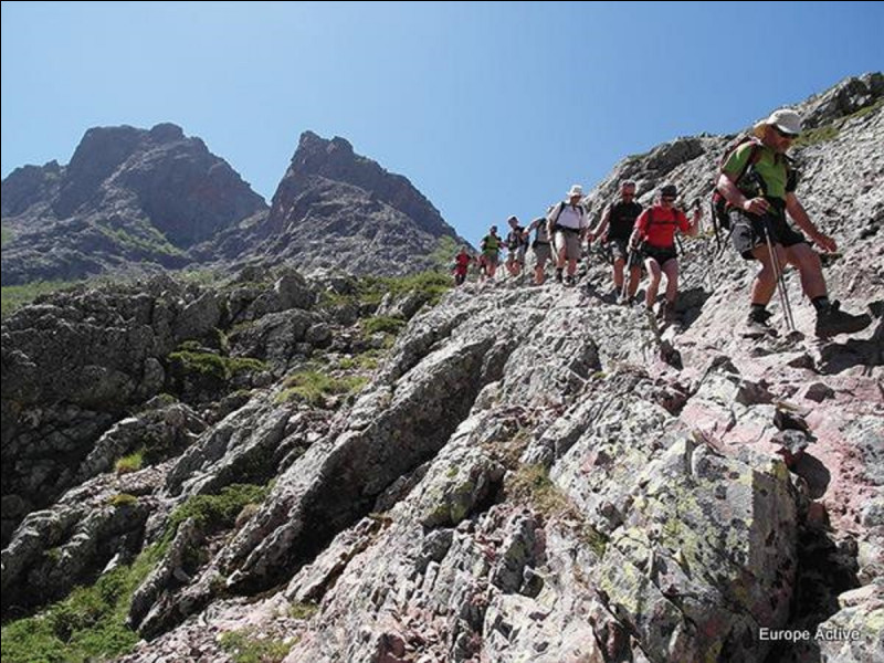 Quel sentier de grande randonnée traverse la Corse du nord au sud en passant par la chaîne de montagnes ?