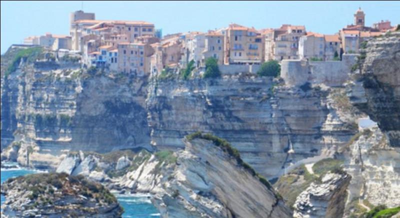 Quelle ville se trouve en haut de ces falaises ?