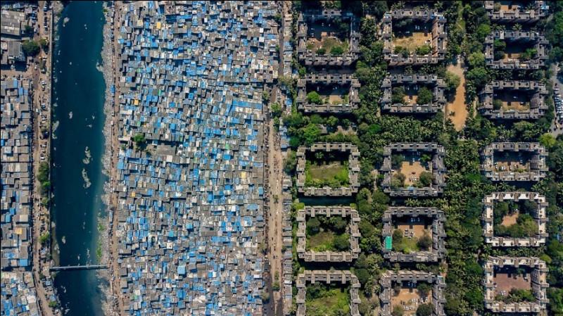 Un bidonville borde la rivière Mithi près de la bourse nationale. La ville abrite à la fois un palace de 27 étages d'une valeur d'un milliard de dollars et le plus grand bidonville d'Asie. Il s'agit de la seconde ville la plus populeuse de l'Inde après Delhi. Cette photo a été nommée à juste titre ''Unequal scenes''.Quelle est la capitale de l'État indien de Maharashtra ?