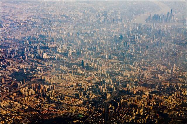 Décourageante cette vue. Avec + de 23 millions d'habitants, elle est une des plus grandes métropoles au monde. Pour faire face à un fort afflux de population et à une croissance économique rapide, la ville est la cible de vastes opérations de démolition/reconstruction. Le continuum urbain est ici vertigineux. Trouvez cette ville dont certains géographes estiment la population à 80 millions.