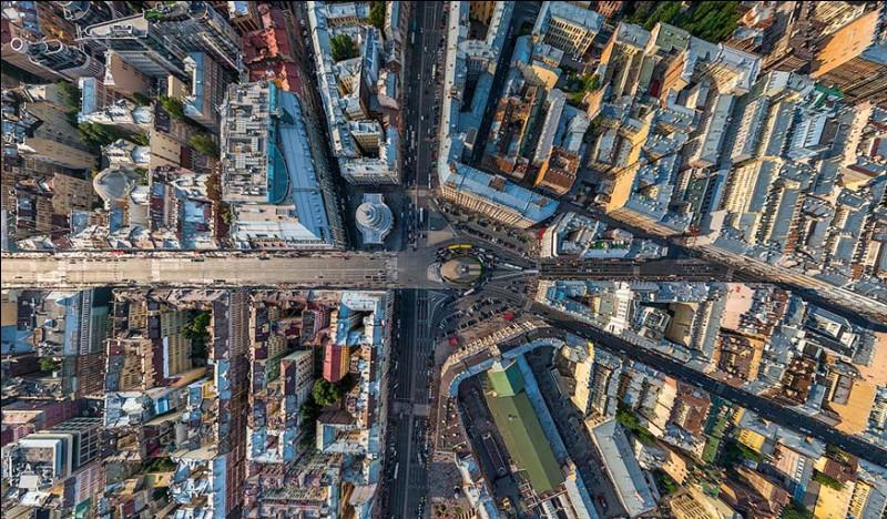 Trois grandes voies « à perspective » traversent cette ville et enjambent les canaux en convergeant vers sa façade maritime et l'Amirauté, un plan dont l'organisation générale, dans le secteur historique, privilégie les formes radiocentriques.Quelle est cette ville qui est demeurée le centre culturel de la Russie ?