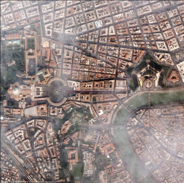 J'ai trouvé une photo qui correspond à mes promenades dans la ville éternelle. Tous reconnaîtront le siège de la papauté, puis surplombant le Tibre, le superbe ''ponte Sant'Angelo'' menant au château Saint-Ange, le Mausolée d'Hadrien qui m'a tant ému.Nommez cette ville aux monuments mémorables, agréable à visiter, capitale de l'ltalie comme elle a été celle de l'Empire romain pendant 357 ans.