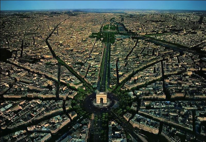 À tout seigneur, tout honneur : c'est autour de grands monuments que rayonne votre ville lumière. ''Dans l'axe des Champs-Élysées, on constate que l'Arc de triomphe est un point focal de premier plan, de même qu'un lieu de convergence majeur.''Nommez cette ville où la place de l'Étoile relie 12 avenues aménagées au 19e siècle par le baron Haussmann.