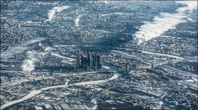 La capitale de ce grand pays voit 2 époques se côtoyer. Le centre d'affaires relativement récent et d'aspect plus touristique, ressort dans le paysage d'une ville marquée matériellement par la période industrielle. Le froid fait ressortir la vapeur des usines et révèle les courbes blanches de la rivière Moskova.Quelle est cette cité qu'on surnomme parfois la « Troisième Rome » ?
